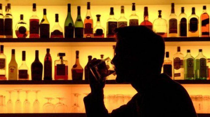 Пьющий мужчина в баре