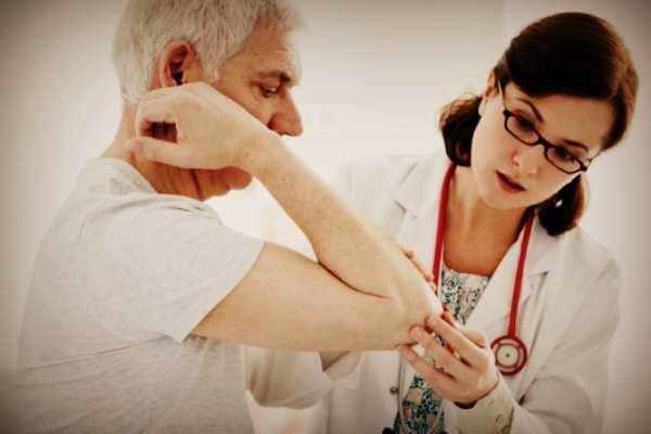 Осмотр у врача при псориазе